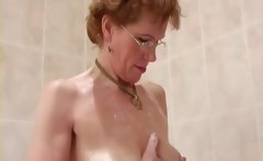 Mature lady shaving her pussy