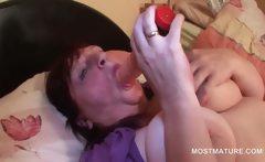 BBW sexy mature tramp fingering her twat in bed